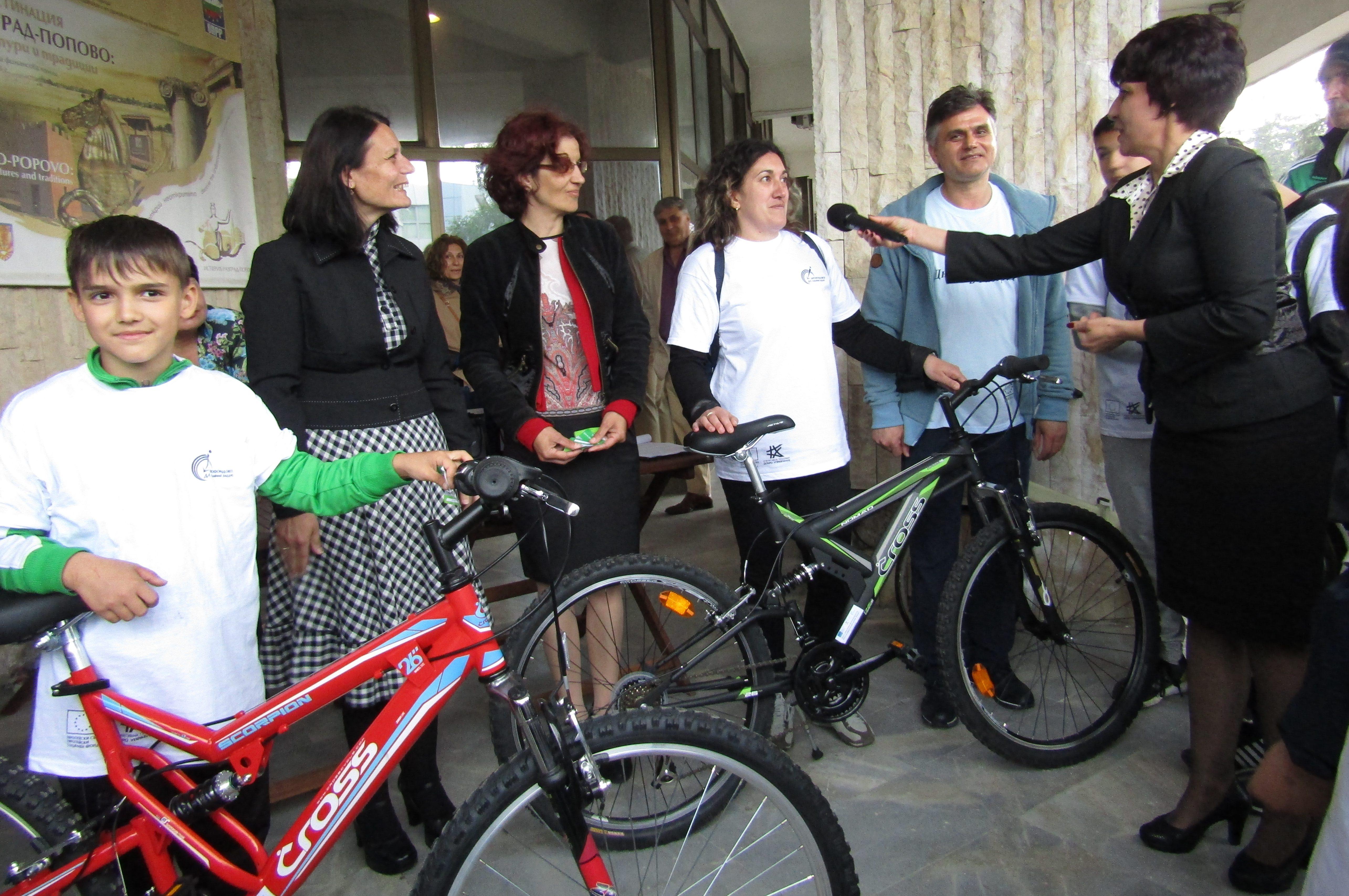 Зам.-кметът Галина Георгиева връчи два маркови велосип ...