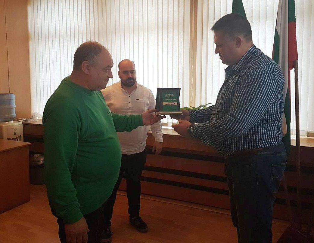"""Градоначалникът с плакет от фенове на """"Лудогорец"""""""