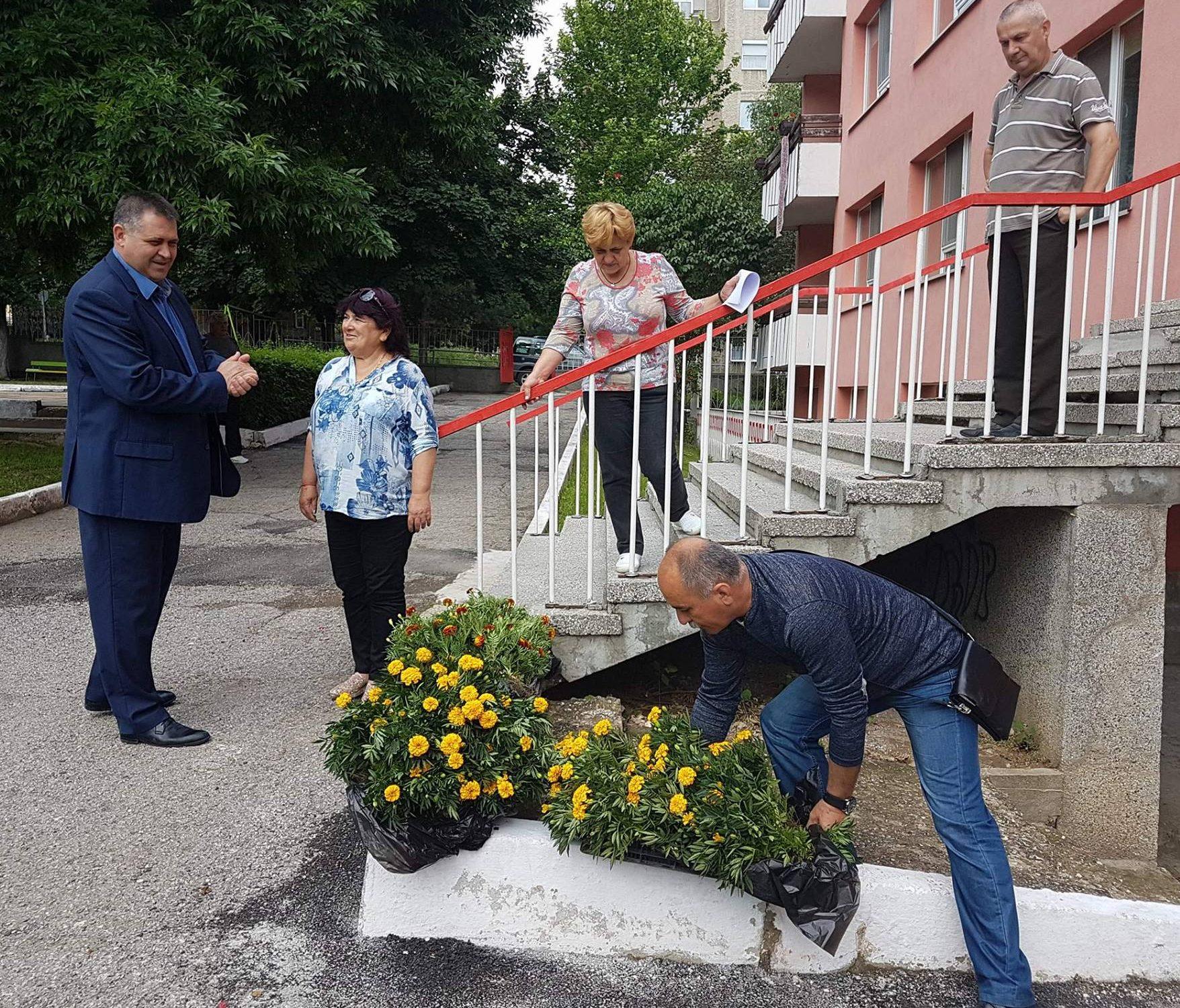 Кметът на Разград предоставя цветя за детските градин� ...