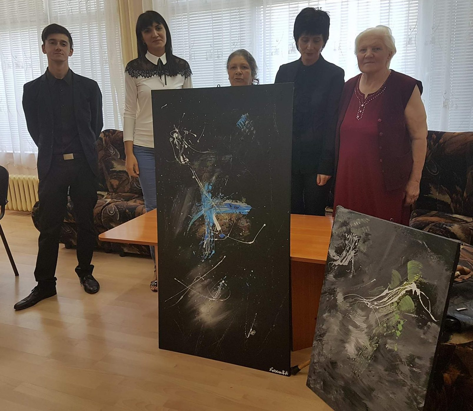 Нуркан Нуф дари две картини на Дома за възрастни хора в ...