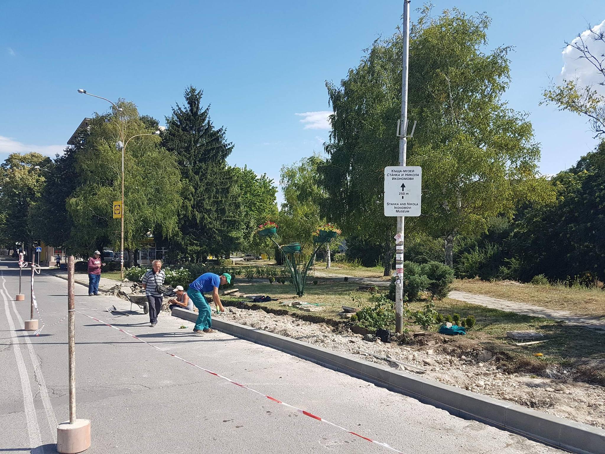 """Ремонтират тротоарите по улица """"Св. Климент"""""""