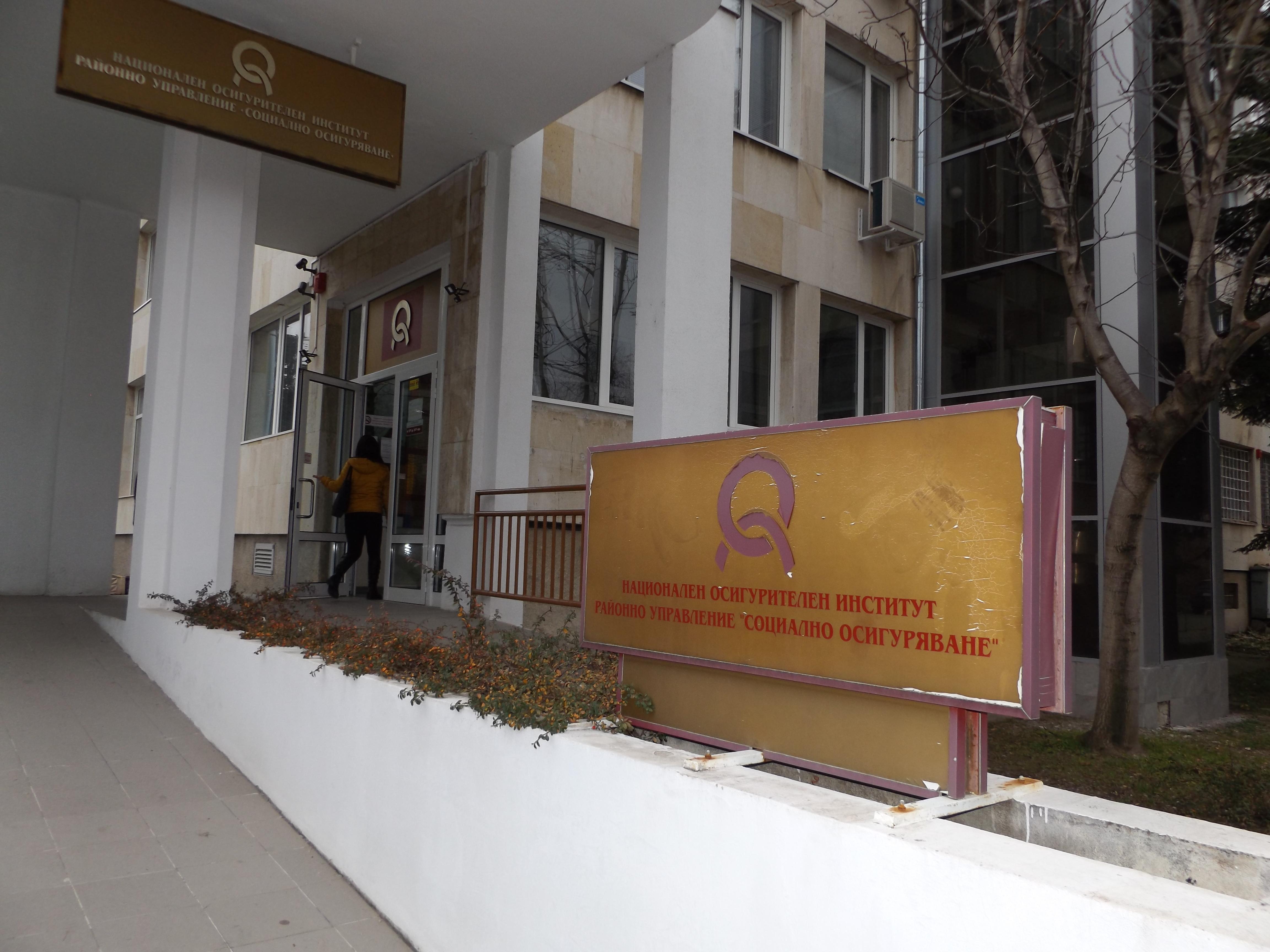 Разследват трима фалшиви пенсионери от Разград, Езерч� ...