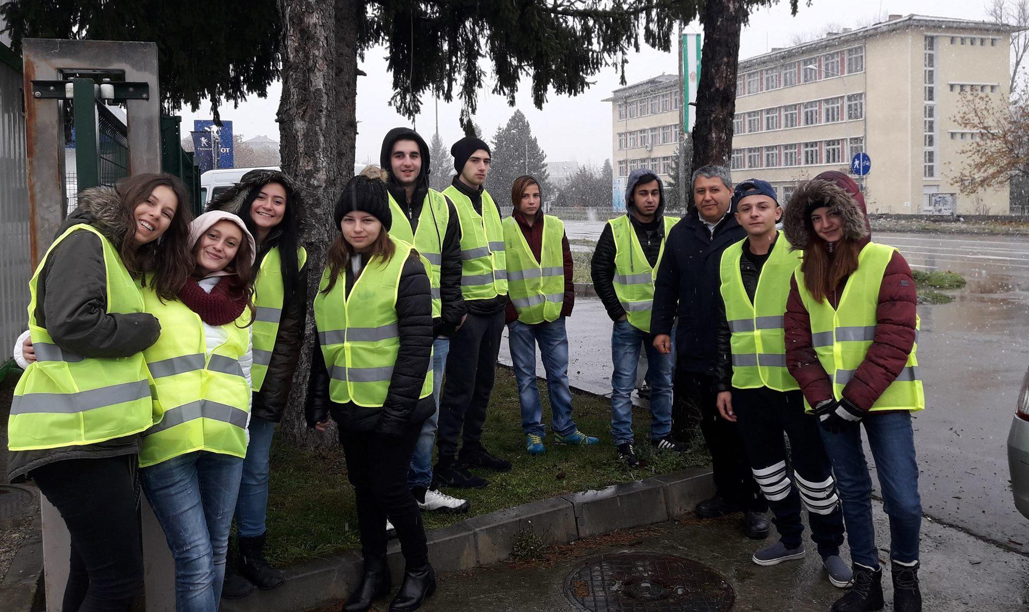 """Ученици – доброволци раздаваха стикери """"Карай внимат ..."""