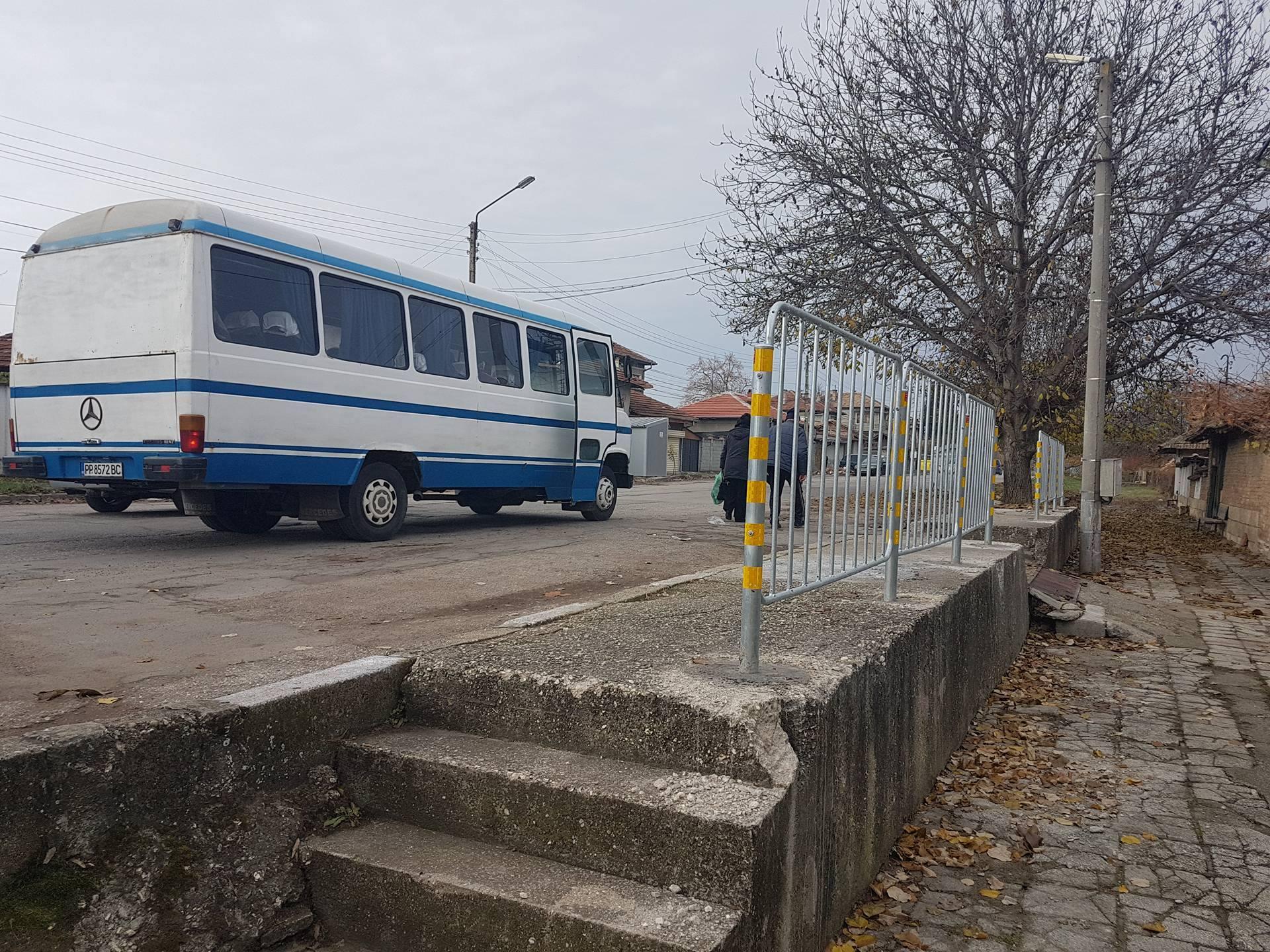 Община Разград изгради предпазен парапет на спирка в Г ...