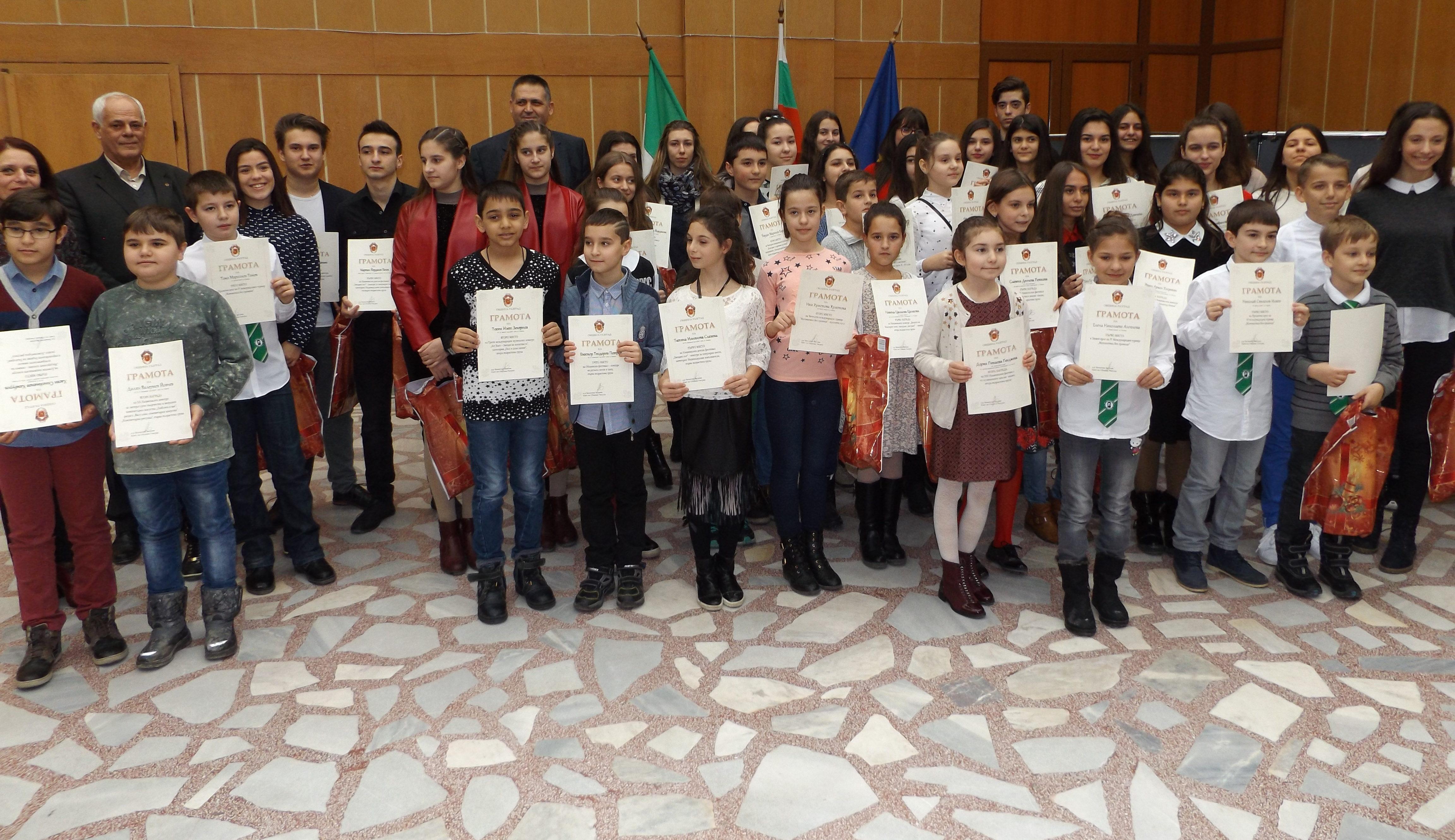 Наградиха 56 талантливи деца в Разград, четири пътуват � ...