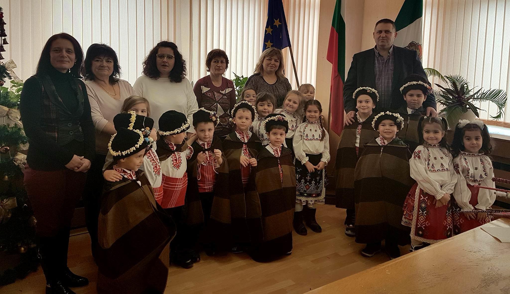 """Кметът на Община Разград посрещна коледарчета от ДГ """"� ..."""