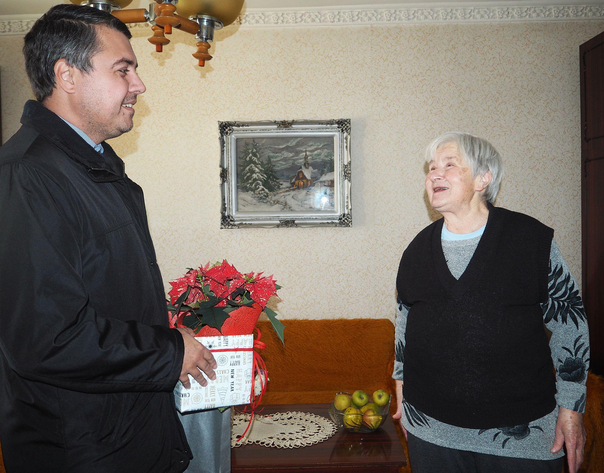 Баба Здравка от блок, който се санира по Програмата за � ...