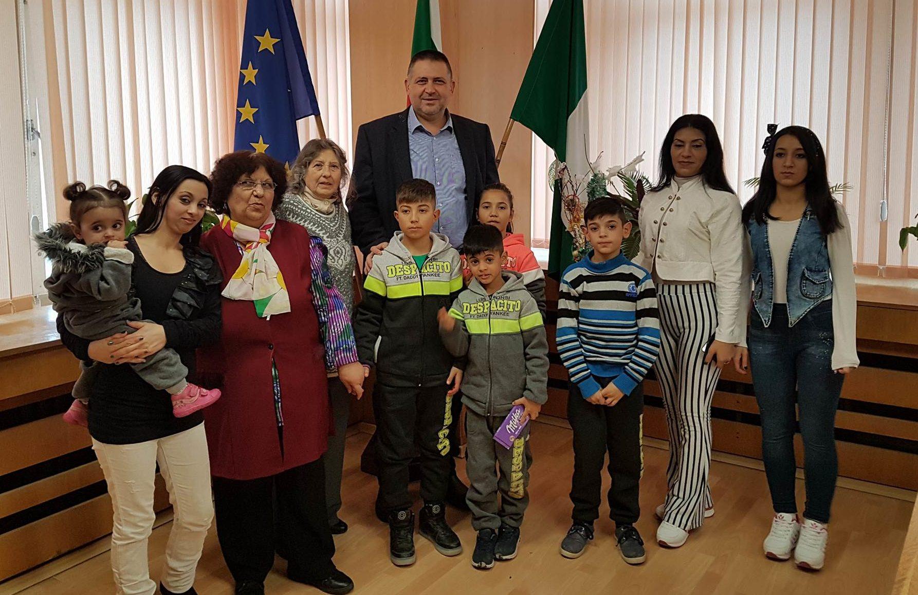 Деца от ромската общност посетиха кмета на Разград