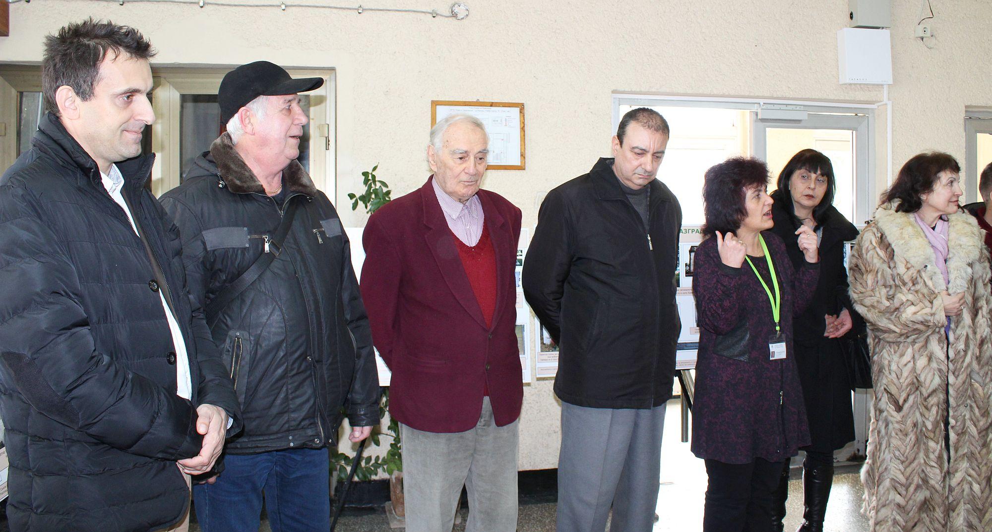 Зам. областният управител Евгени Драганов откри излож� ...