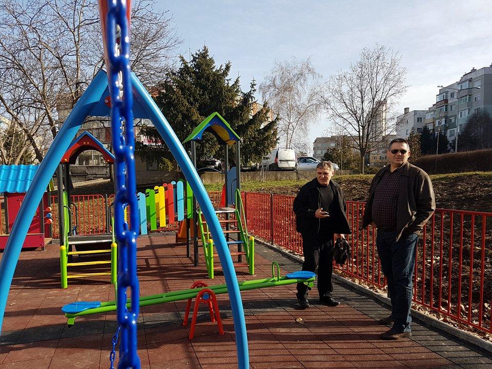 Кметът инспектира две нови детски площадки на стойнос� ...