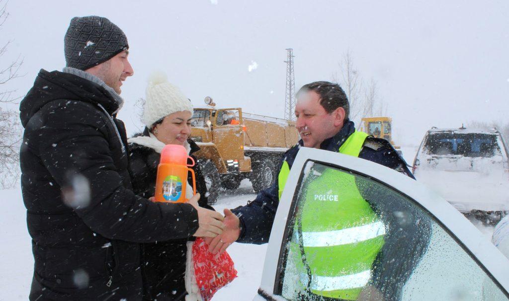 Областният управител изпрати чай на полицаите на пост  ...