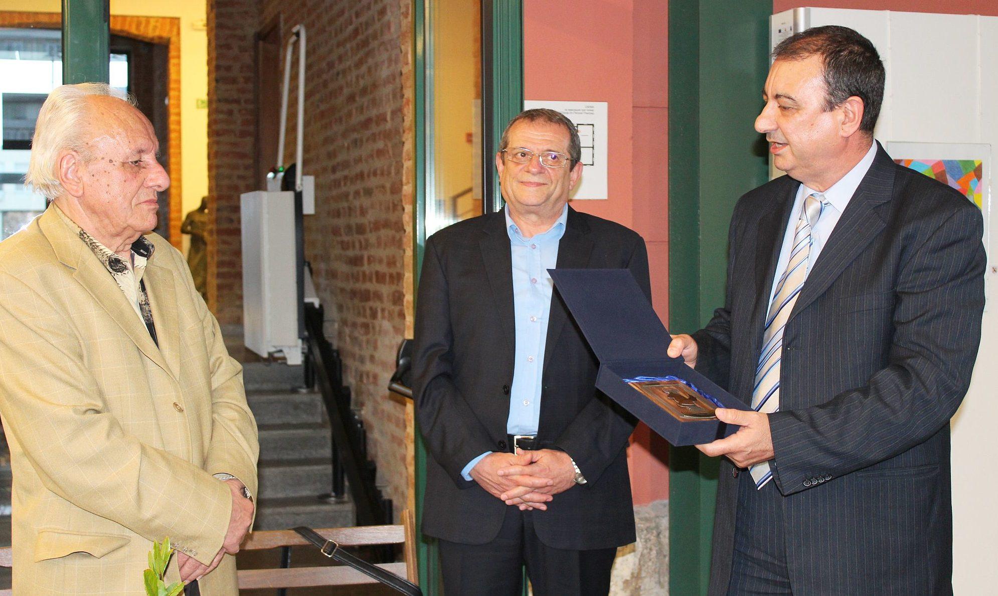 Заместник областният управител Евгени Драганов чести� ...
