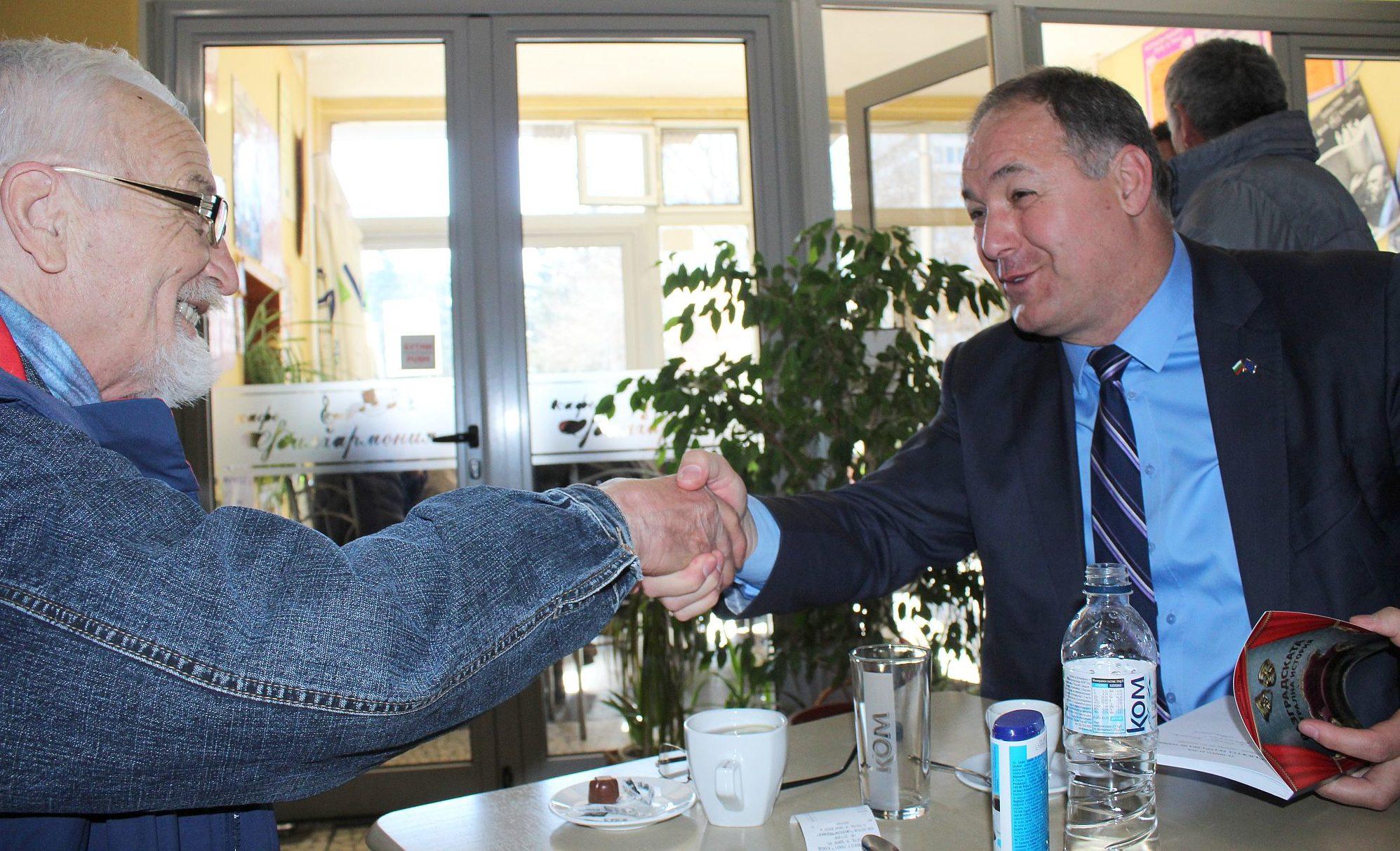 Областният управител Гюнай Хюсмен закупи 50 екземпляра ...