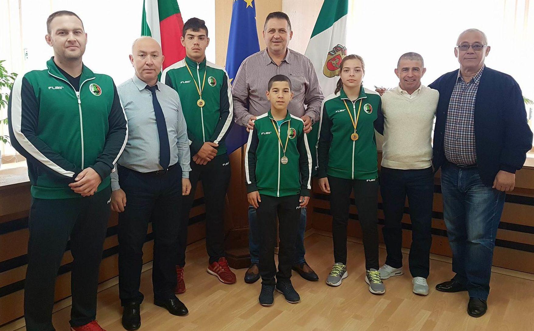 Кметът се срещна с наградени състезатели по борба, зав� ...
