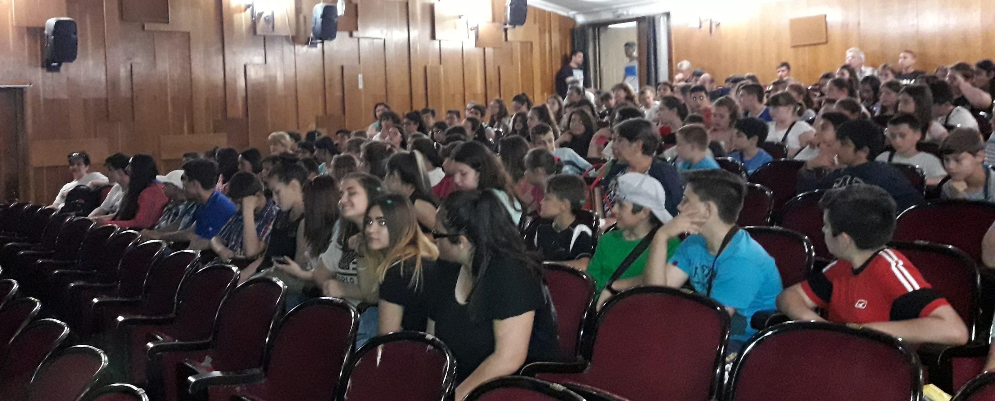 МКБППМН подари кинопрожекция на деца от десет училища