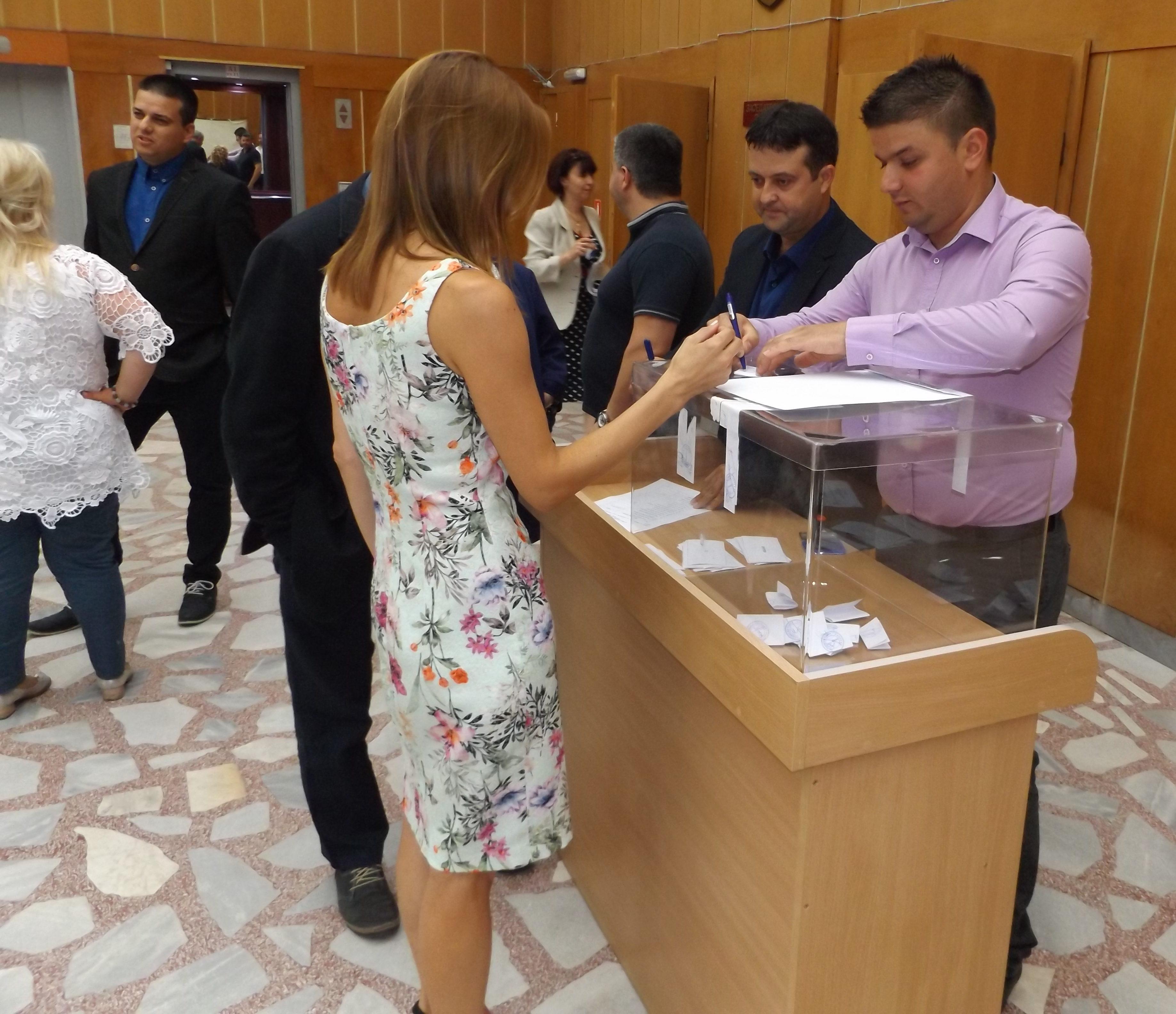 """17 гласа """"за"""" върнаха Надежда Радославова на пред� ..."""