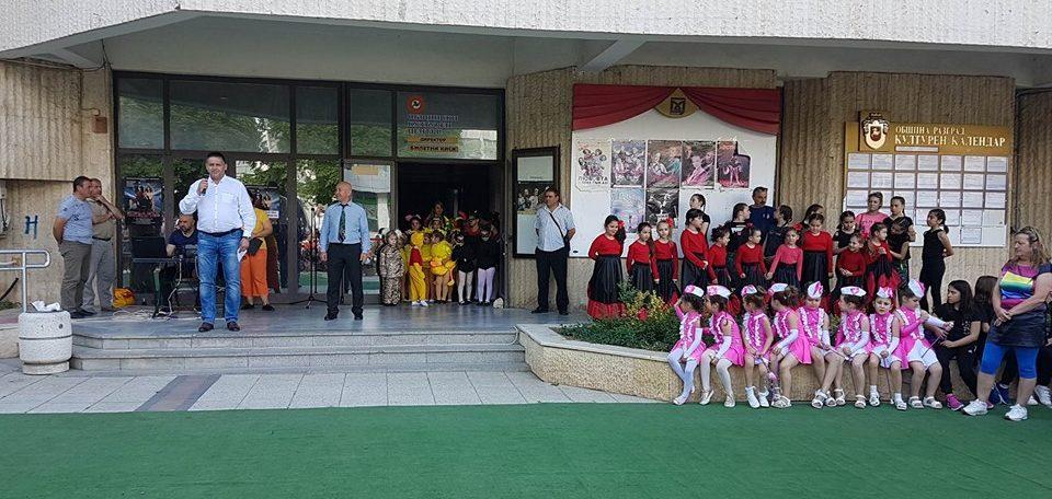 Община Разград подари на децата за 1 юни концерт и маги� ...