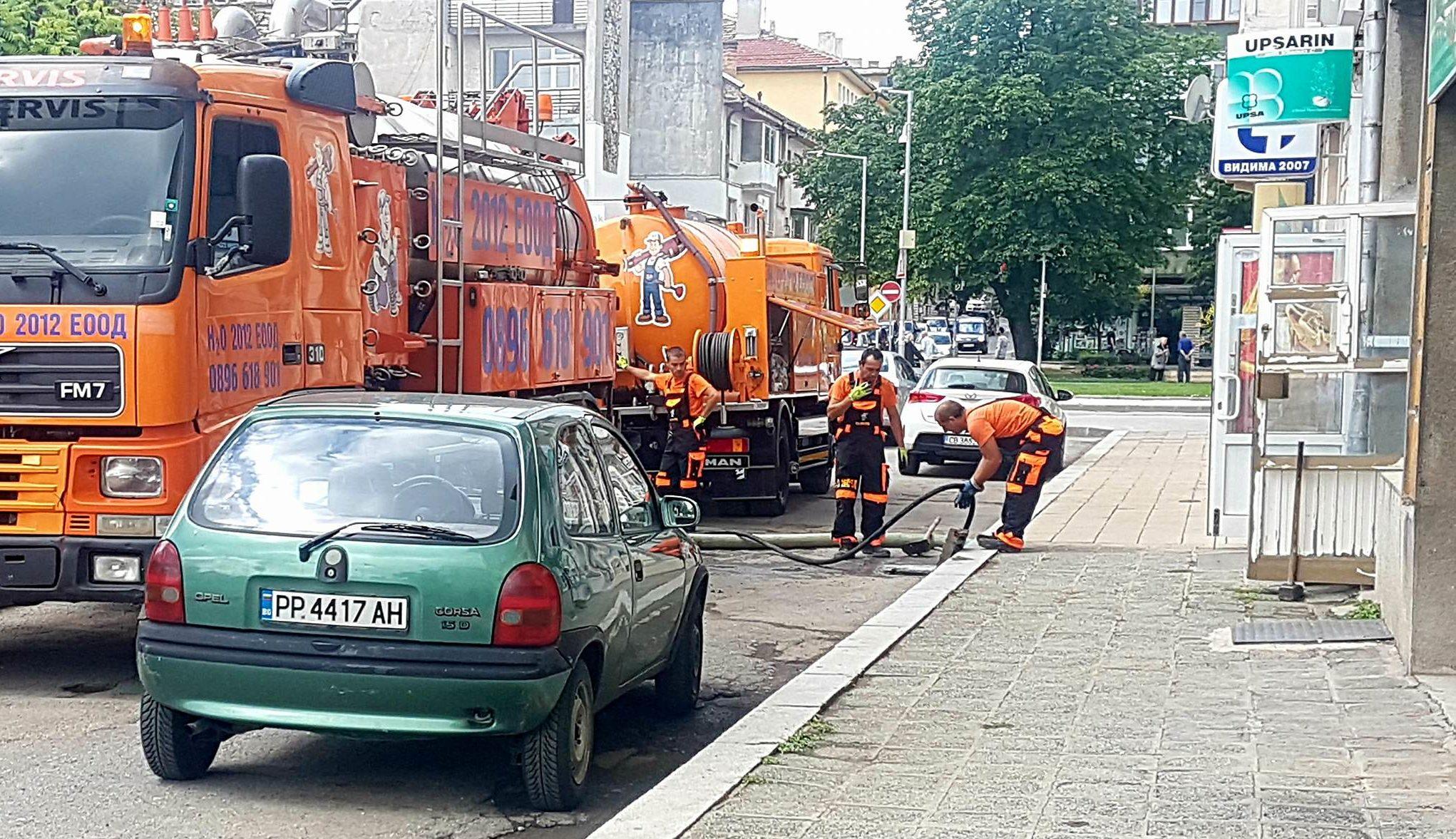 Местната управа ударно почиства проблемни улични отто ...