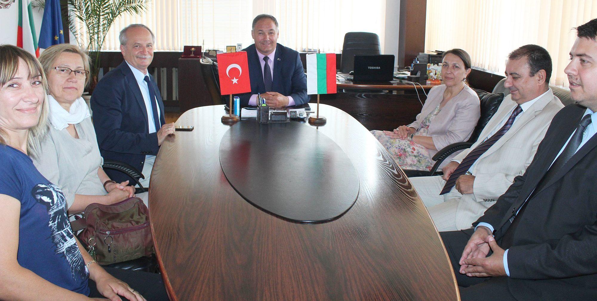 Генералният консул на Турция в Бургас и областният мюф ...