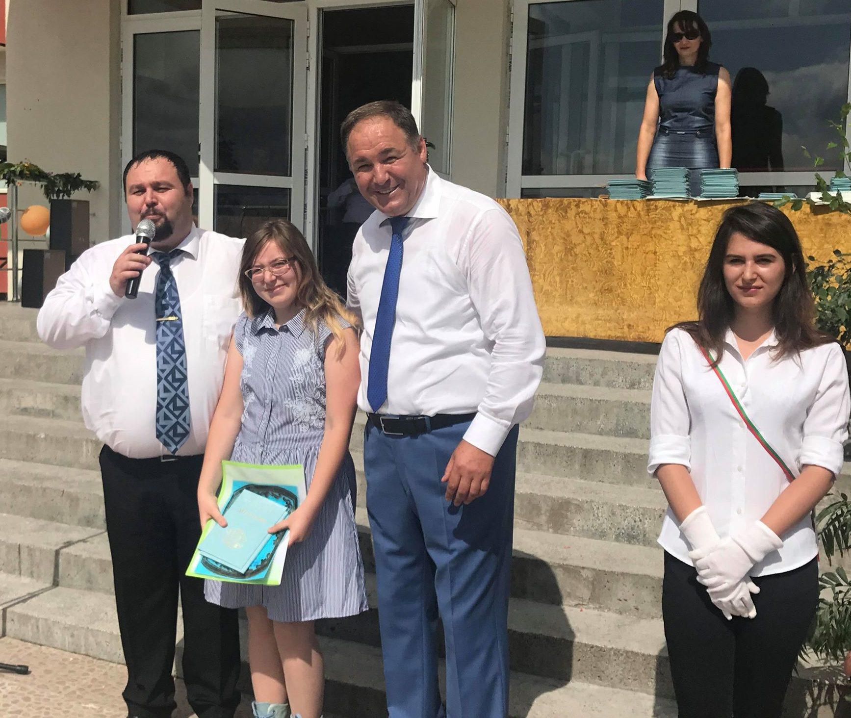 Областният управител връчи дипломите на отличниците о ...