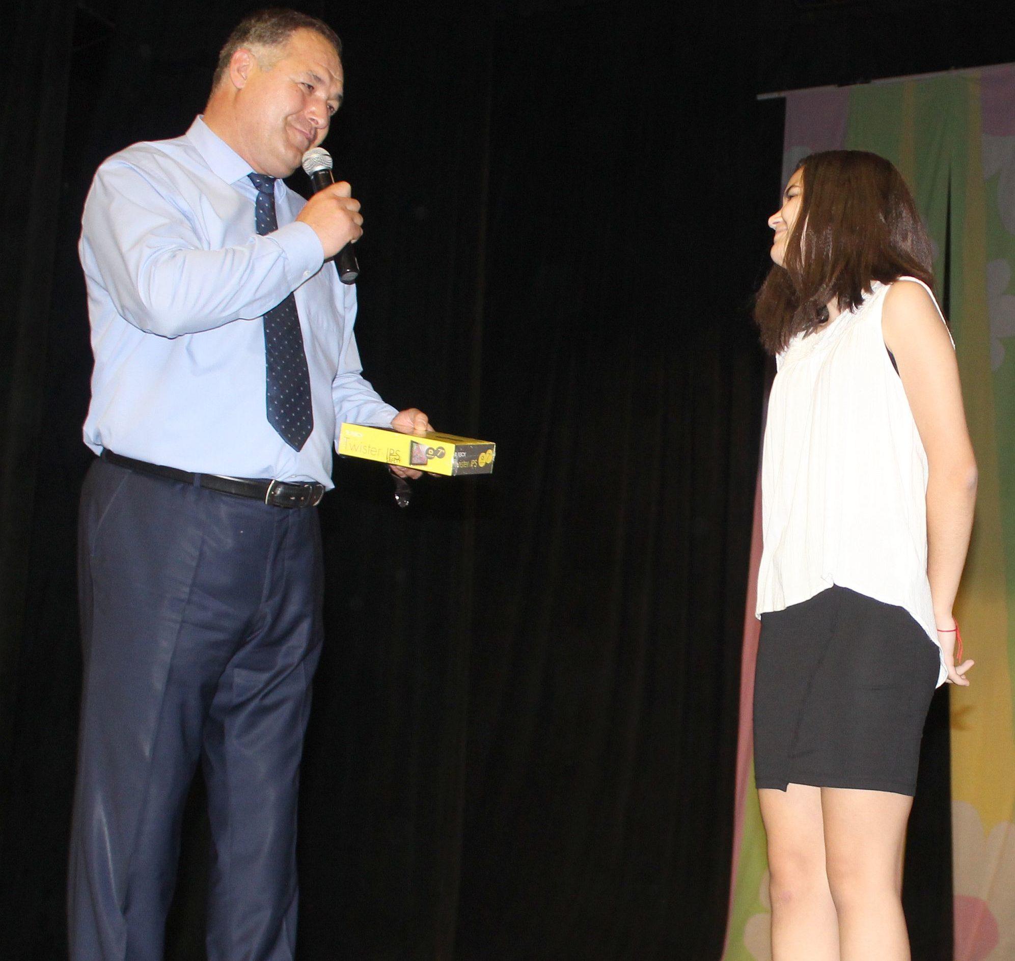 Областният управител с подарък за победителката в нац� ...