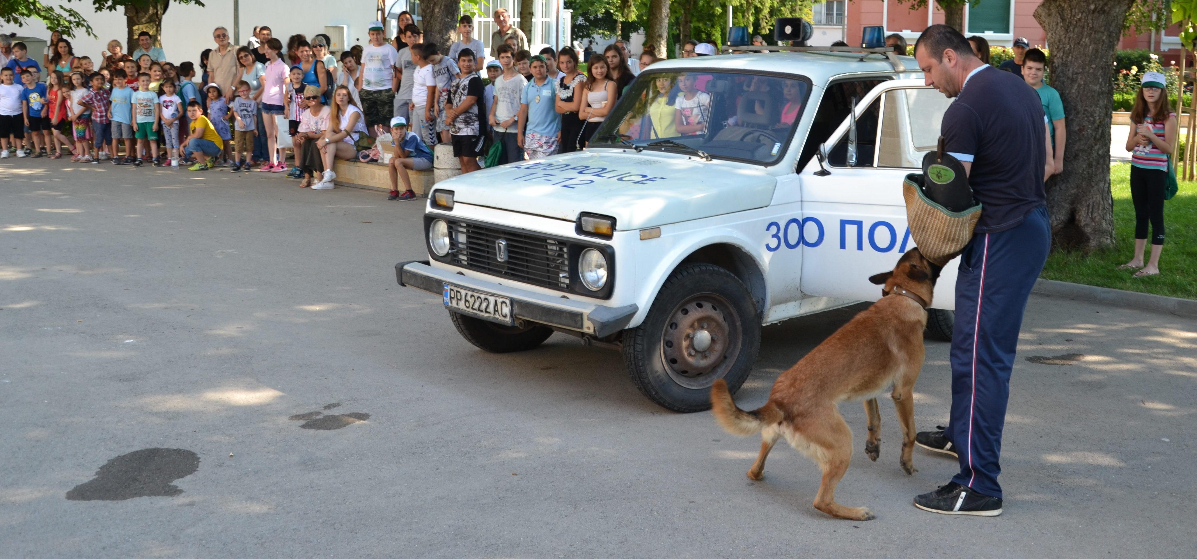 Полицейско куче спечели аплодисментите на децата от А� ...
