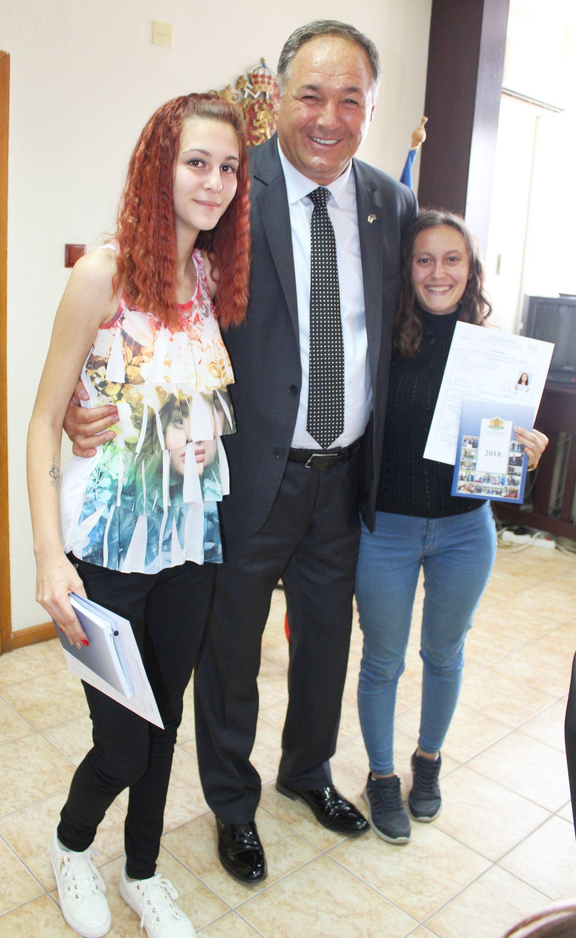 """Ученици от ПГИ """"Р. Шуман"""" получиха сертификати за уча� ..."""