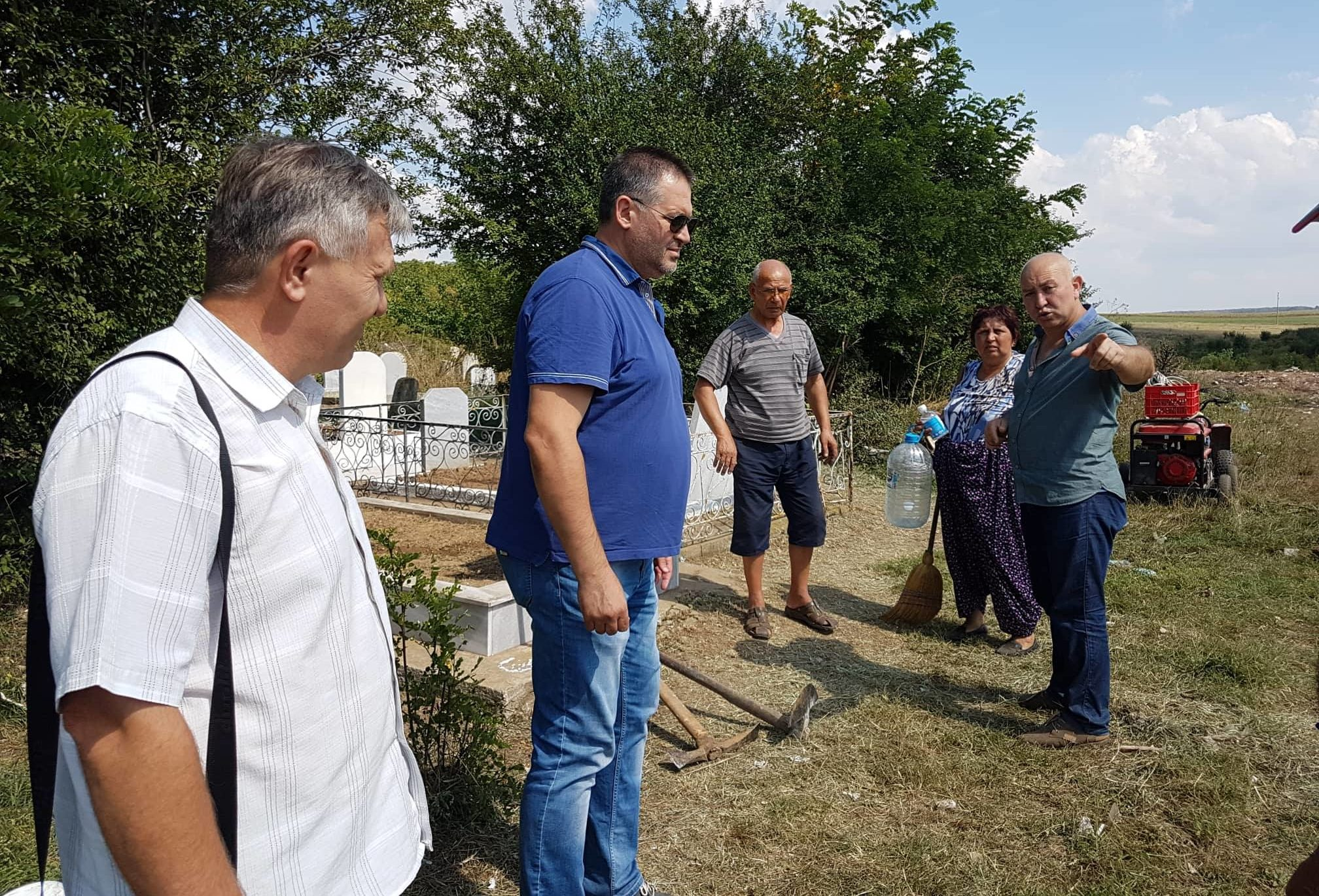 Д-р Валентин Василев и заместникът му Ердинч Хасанов п� ...