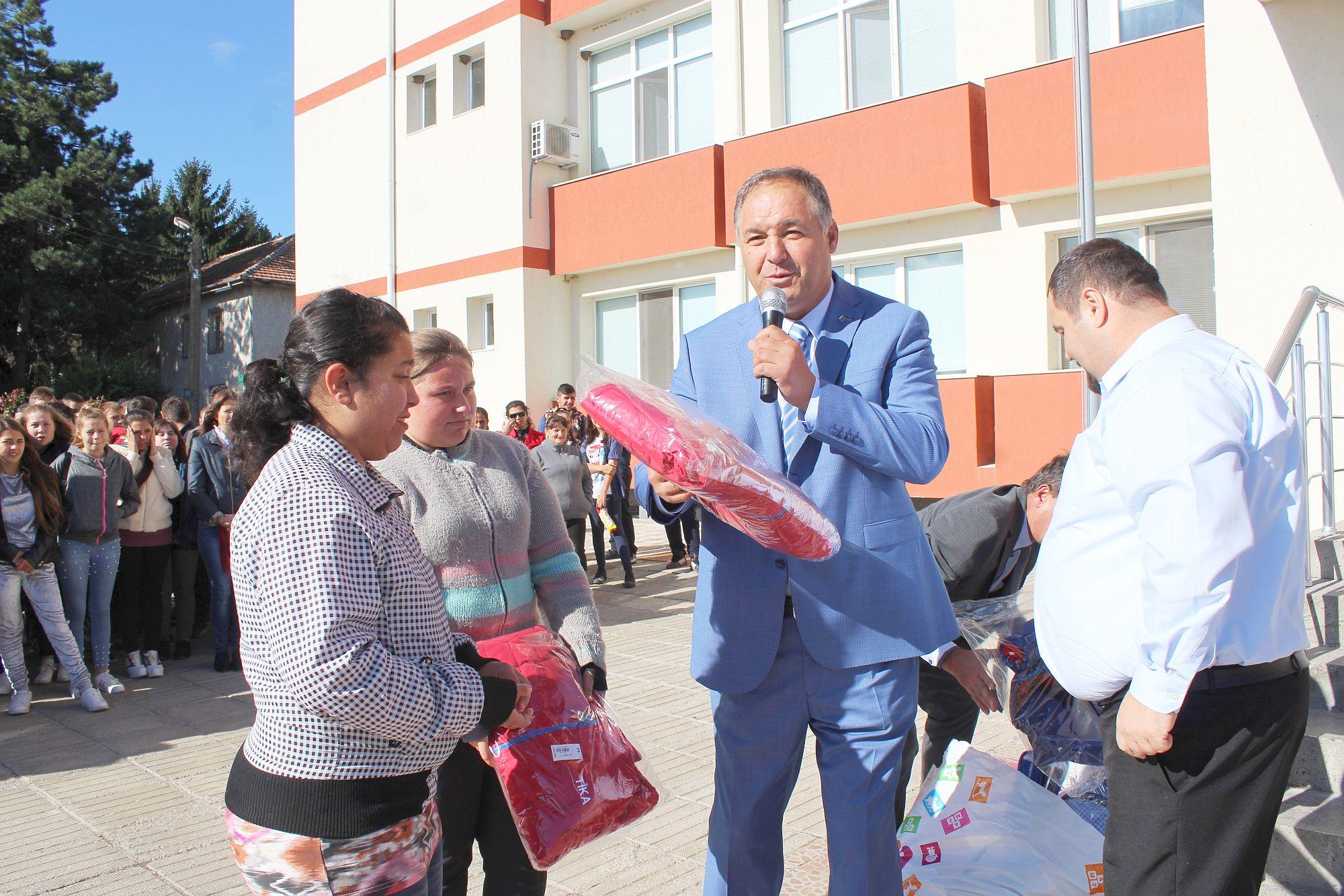 Областният управител зарадва с подаръци и възпитаници ...