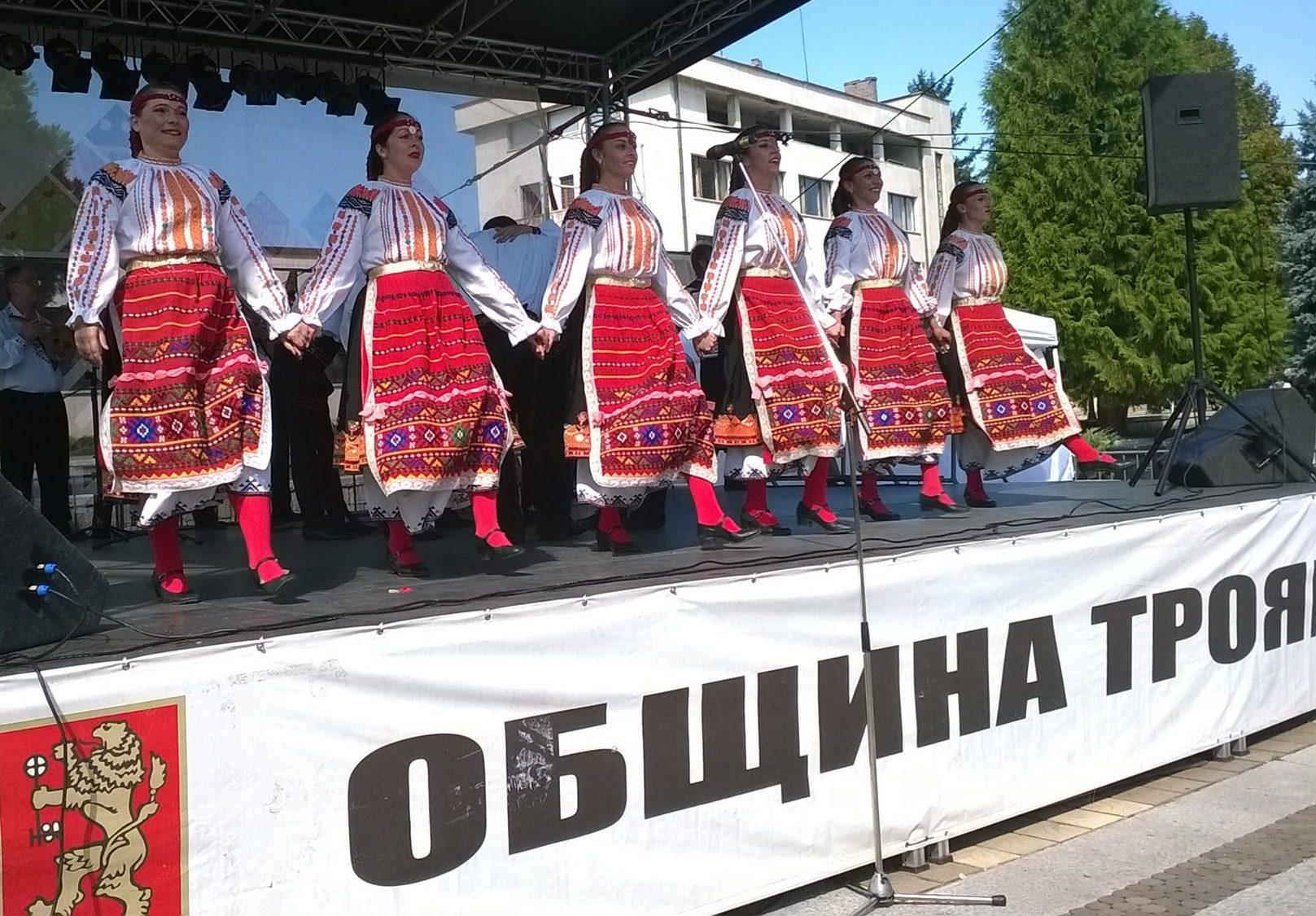 Капанският ансамбъл закри Фестивала на сливата в Троя� ...
