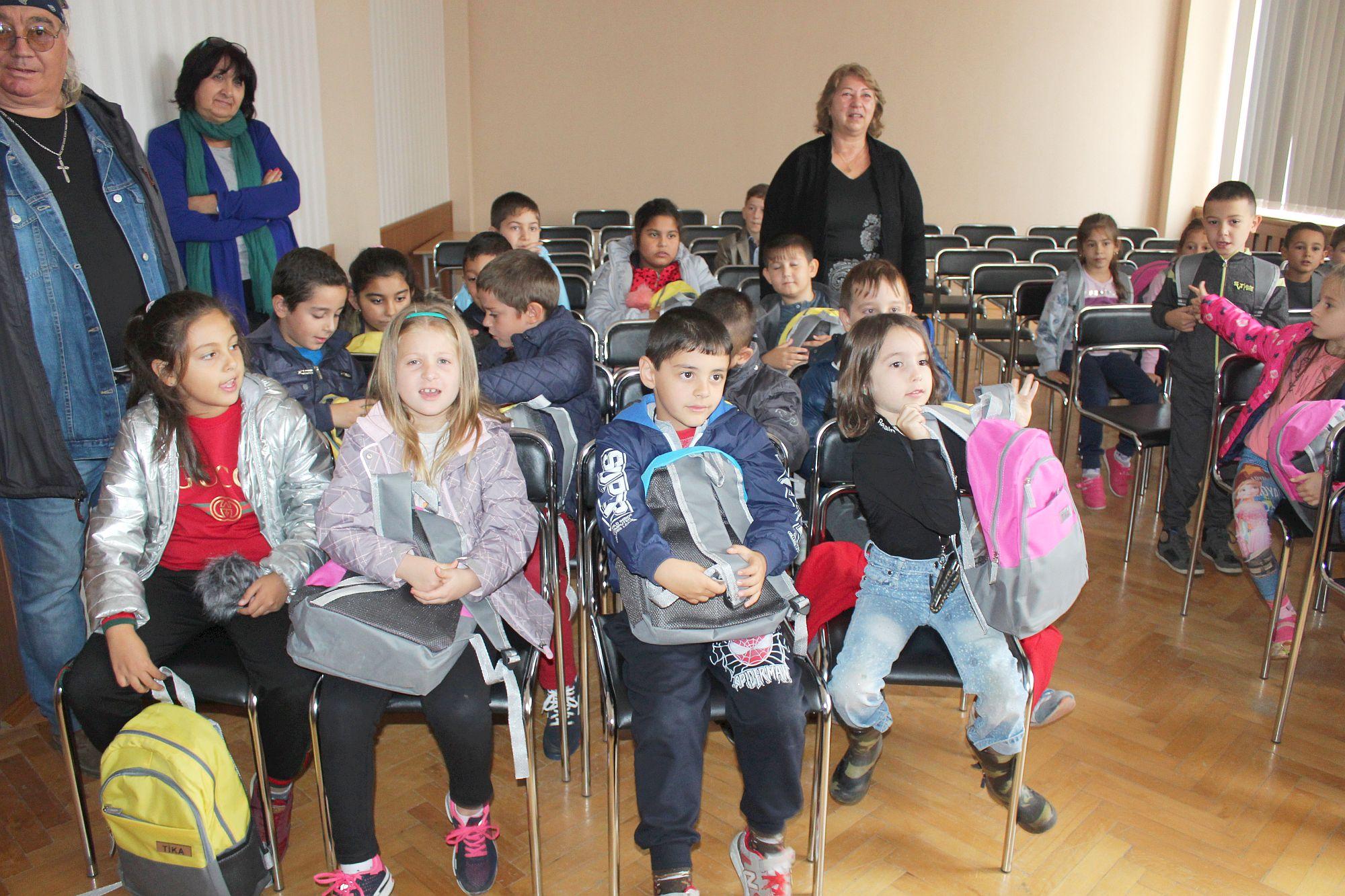 Деца от две училища в Кубрат с подаръци от областния уп ...