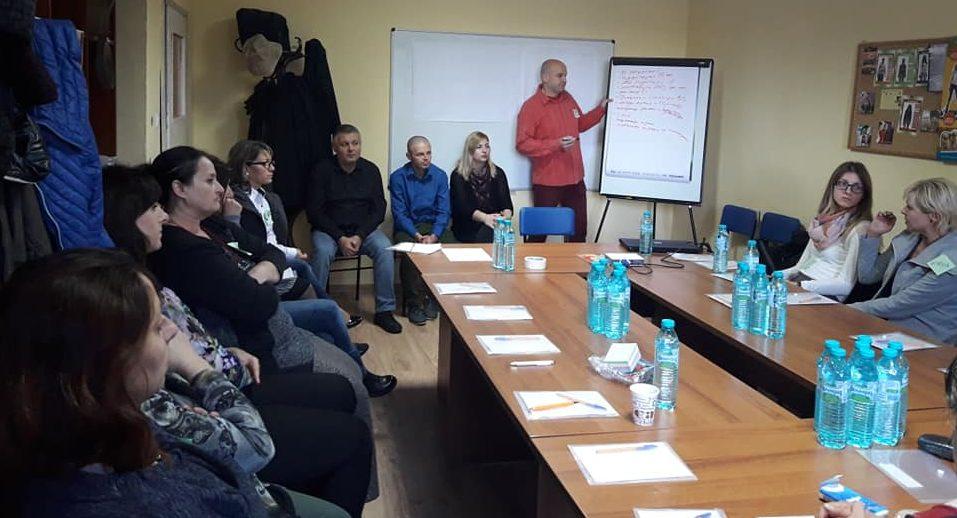 Психолог обучава педагози и деца на семинар организир� ...