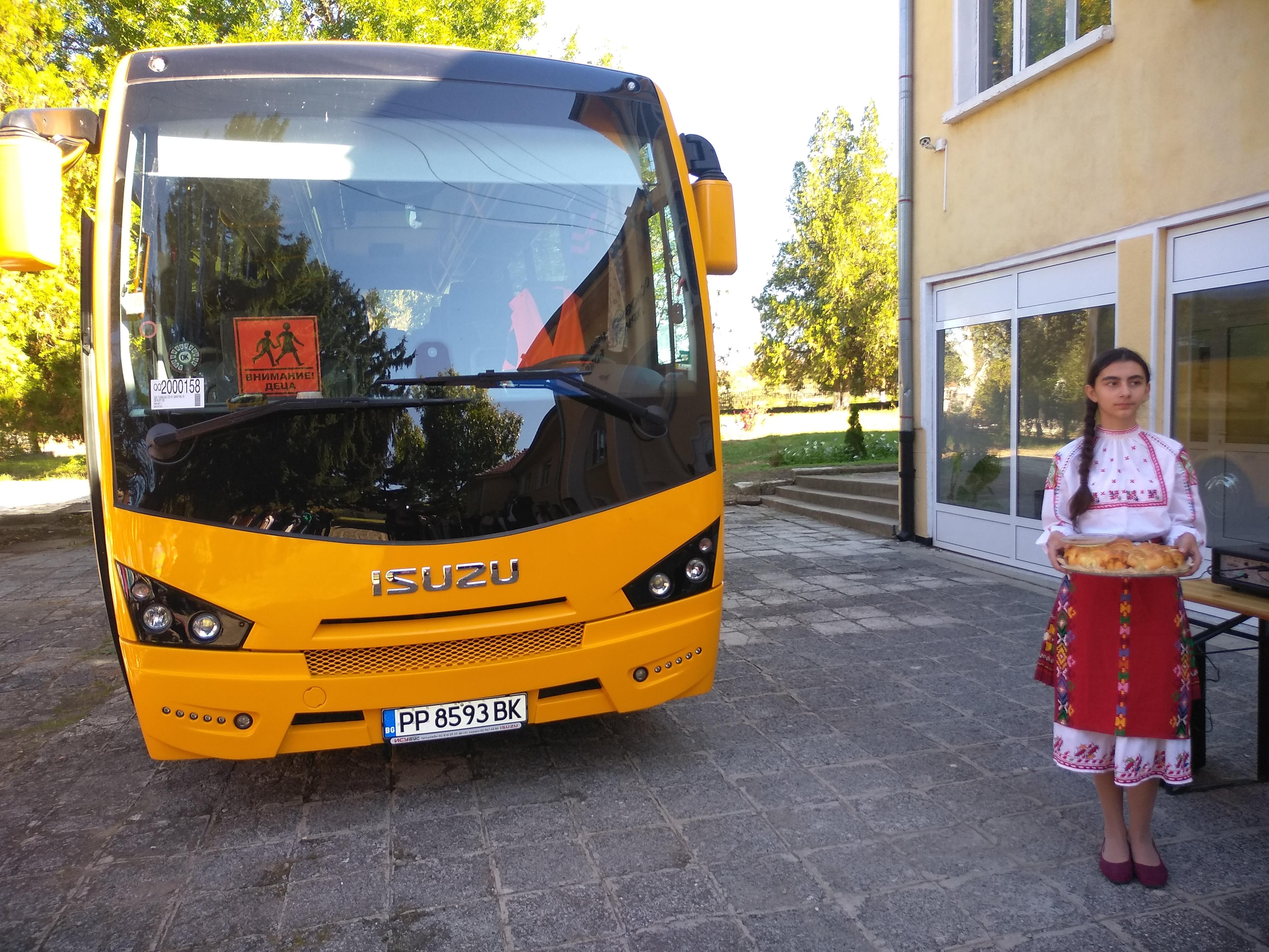 Губернаторът връчи ключове за нов училищен автобус и с ...