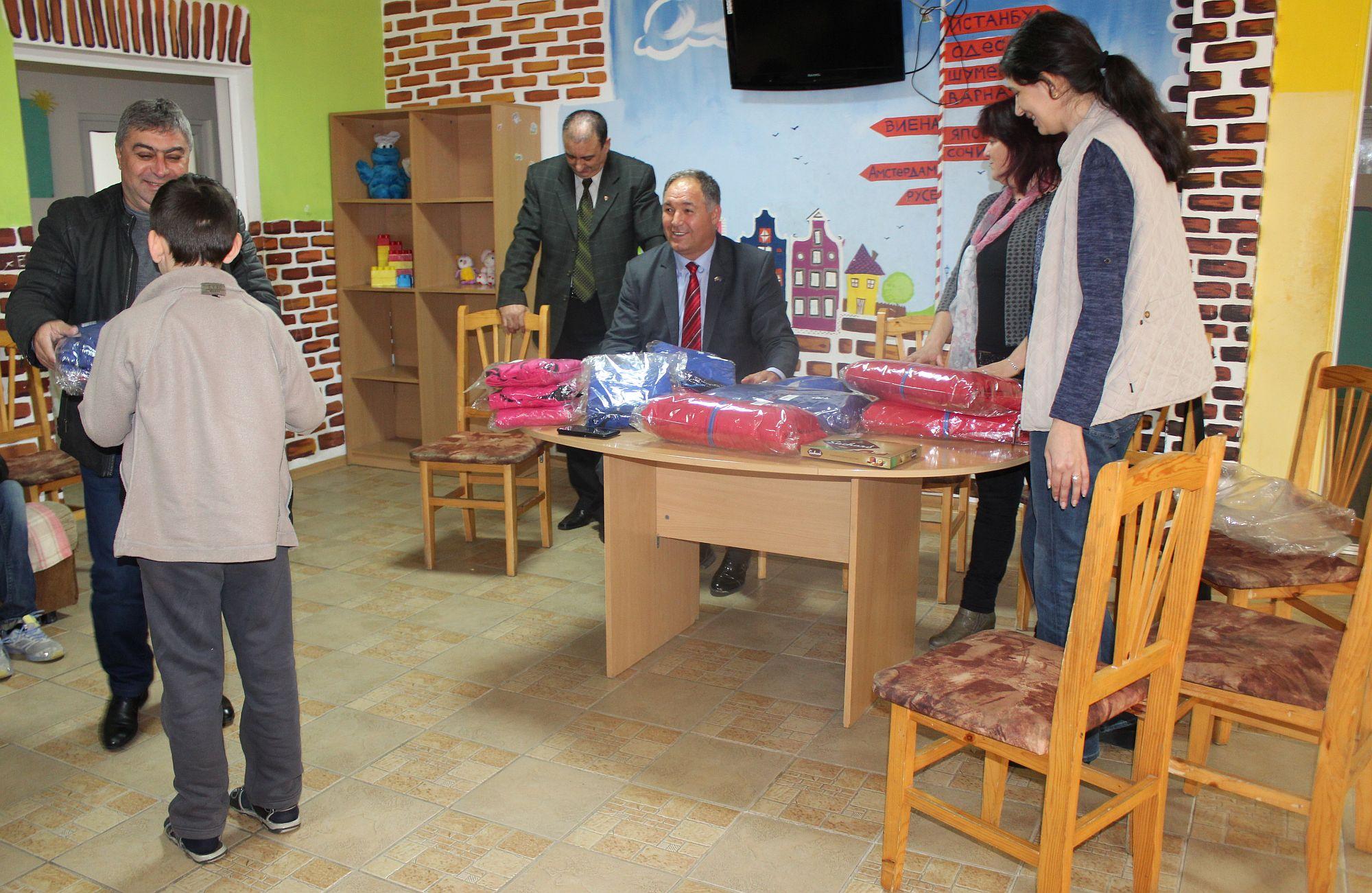Областният управител зарадва с подаръци малчуганите в ...