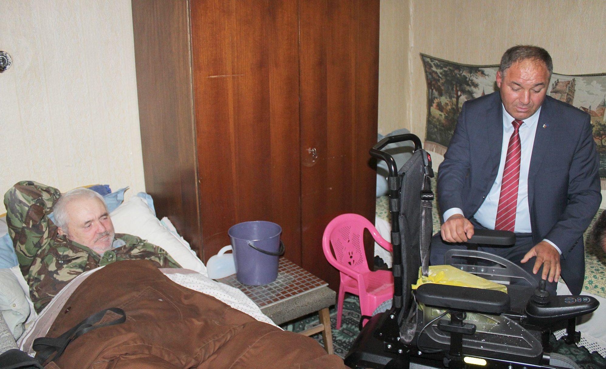 Болен мъж от Свещари получи инвалидна количка от облас ...