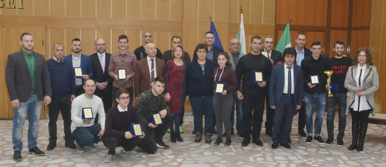 Ръководството на Община Разград удостои с награди най- ...