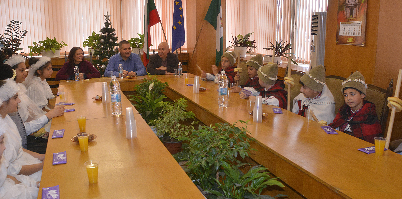 Коледари от Ясеновец поздравиха за празника общинскот ...