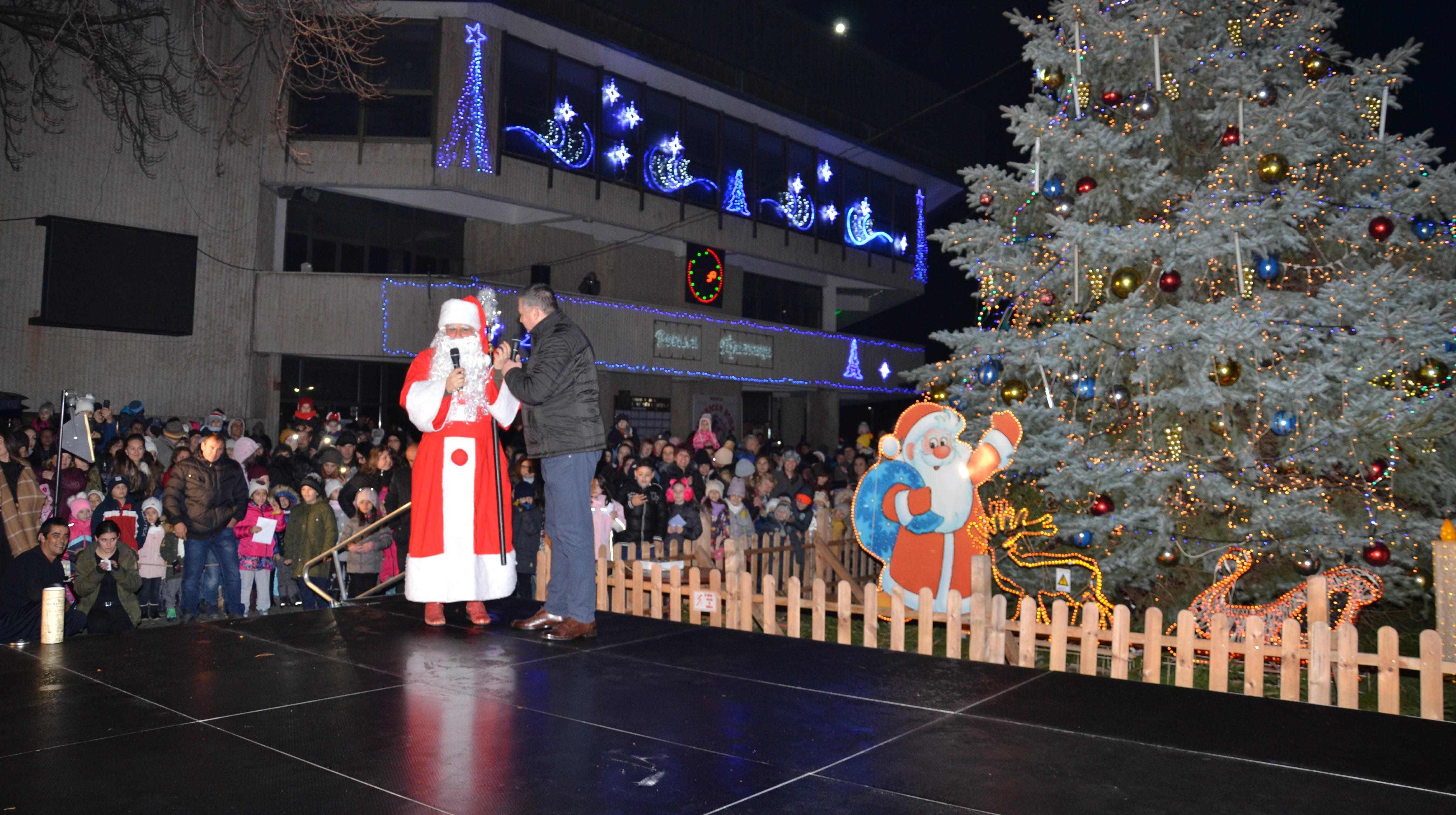 Градската Коледна елха грейна след огнено шоу, а децат� ...