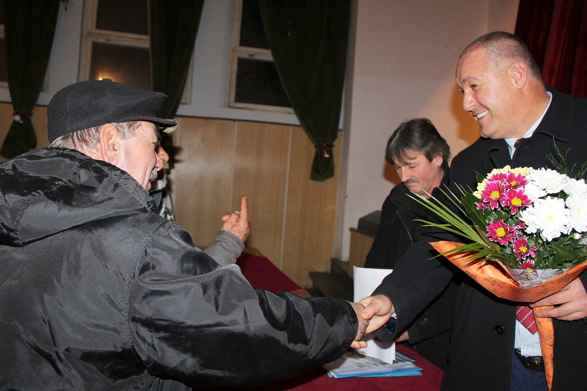 Областният управител се отчете в Каменар, подари федер ...