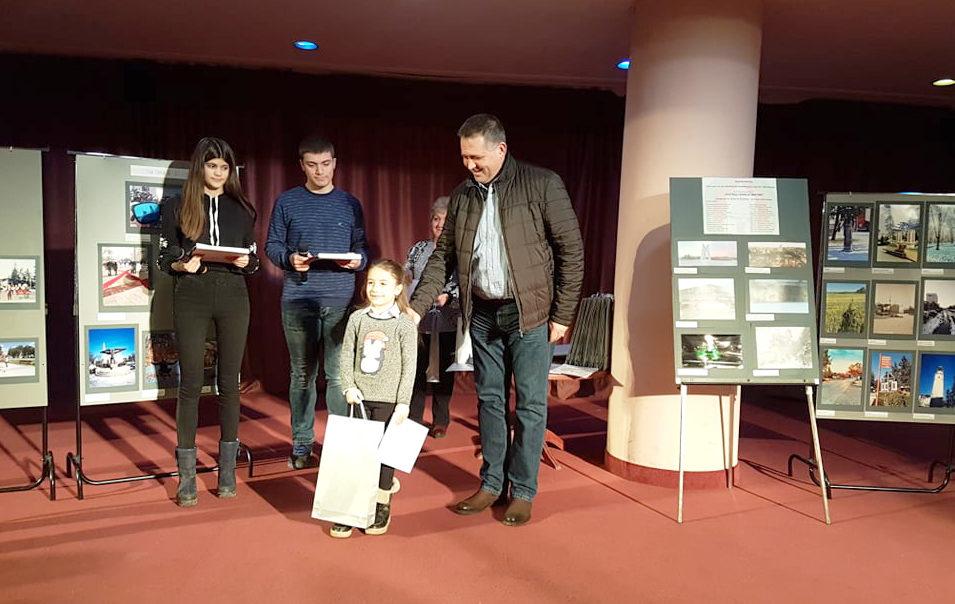 Д-р Валентин Василев връчи наградите на отличените уча ...
