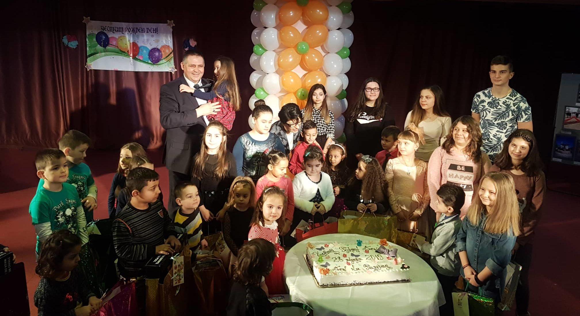 Кметът зарадва с подаръци и торта родените на Деня на Р ...