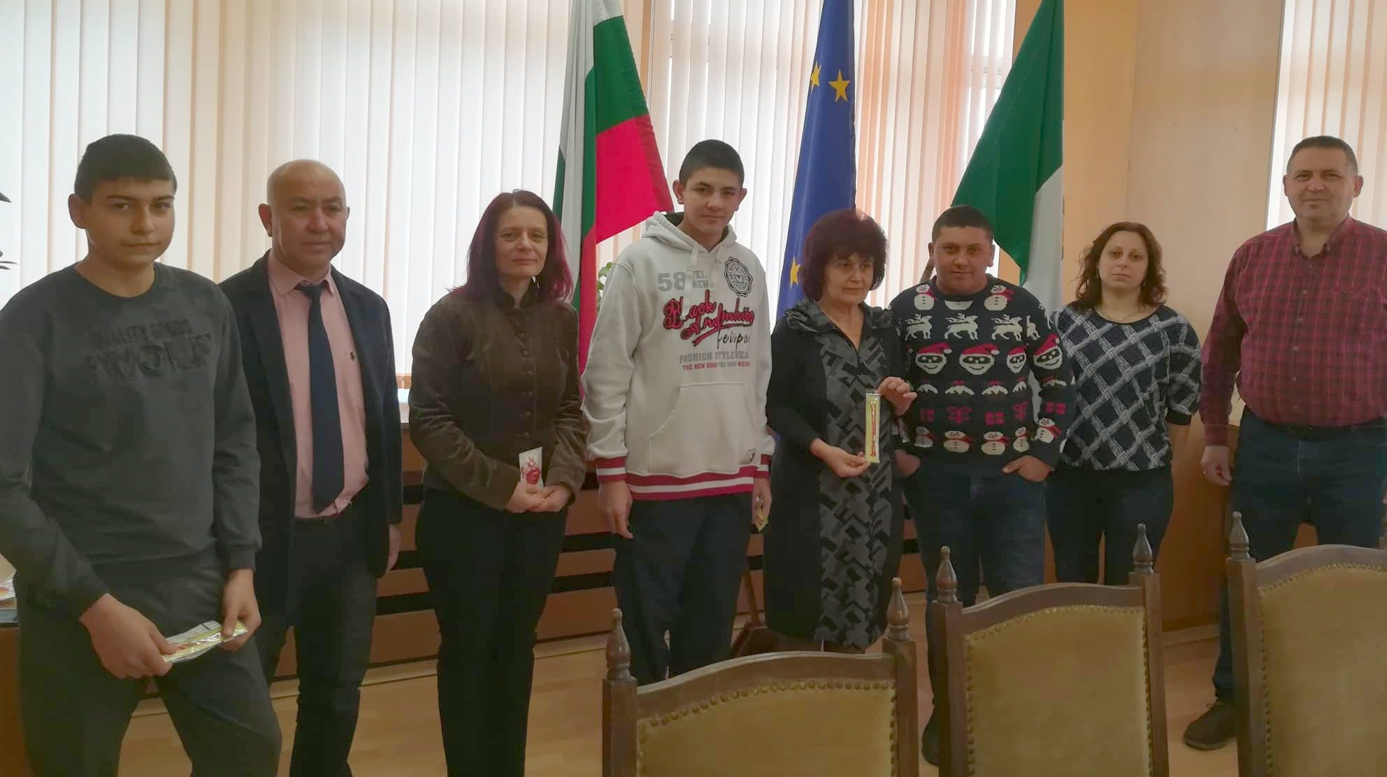 """Ученици от ПГТС """"Хр. Смирненски"""" подариха ръчно израб ..."""