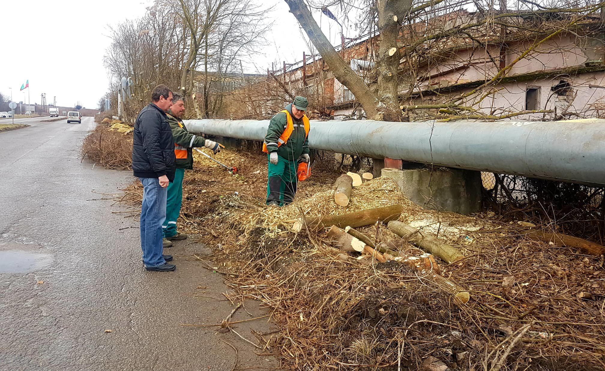 Община Разград почиства наноси и клони на изхода към Т� ...