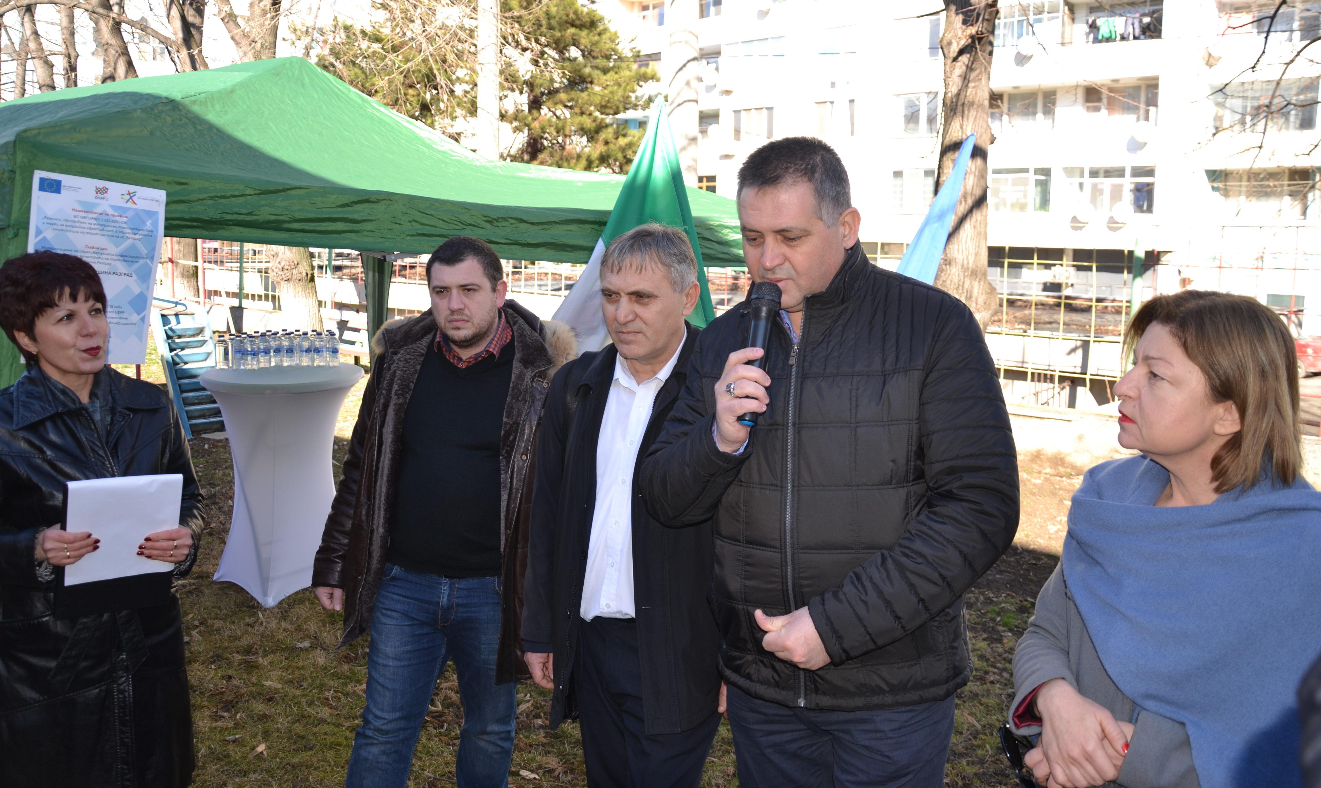 С първа копка кметът д-р Валентин Василев и екипът му с� ...