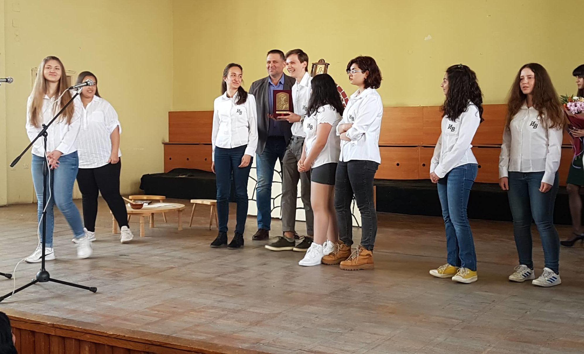 Д-р Валентин Василев връчи голямата награда на Община � ...