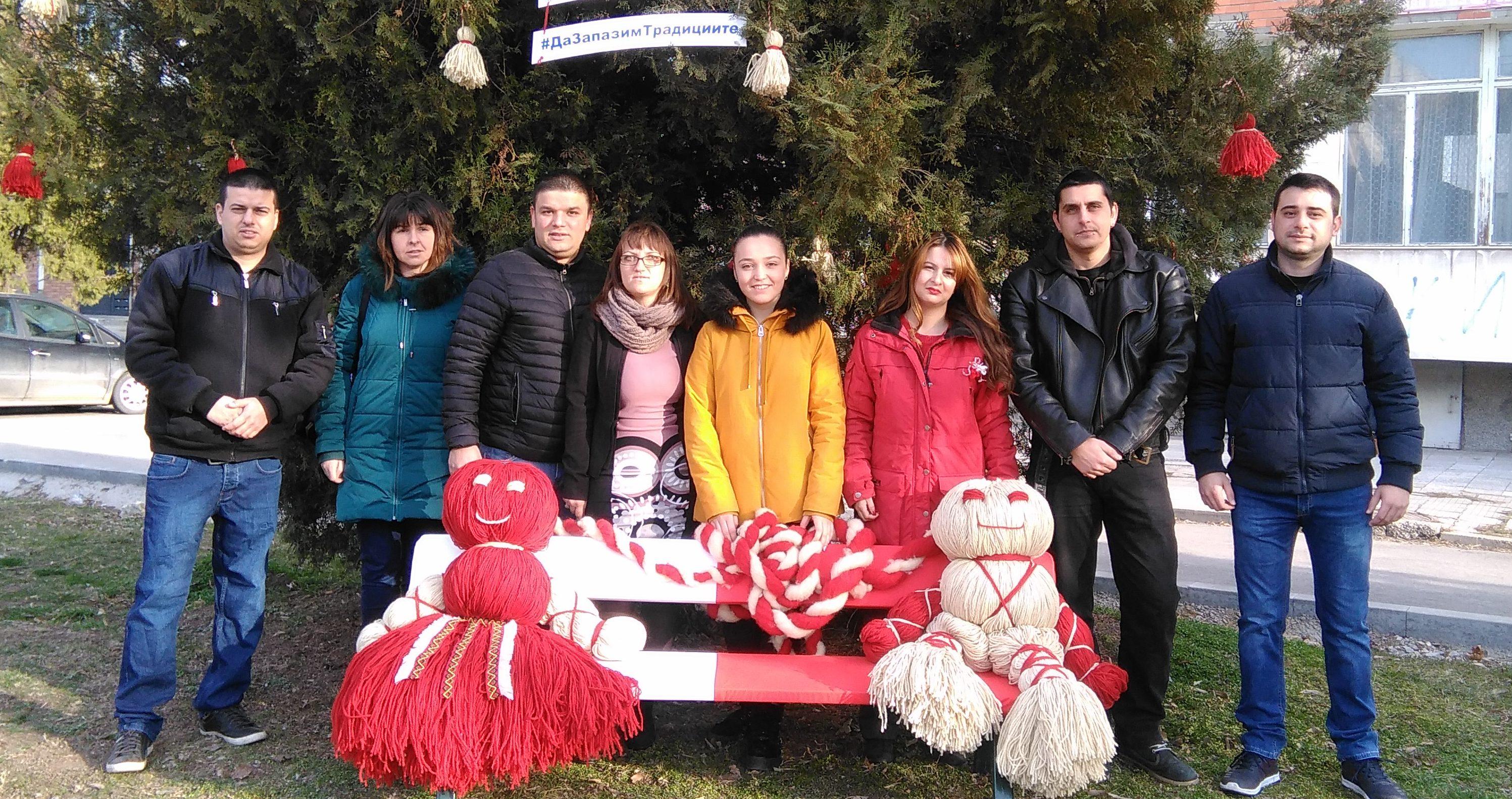 Младежи от ГЕРБ Разград създадоха празничен кът по слу ...