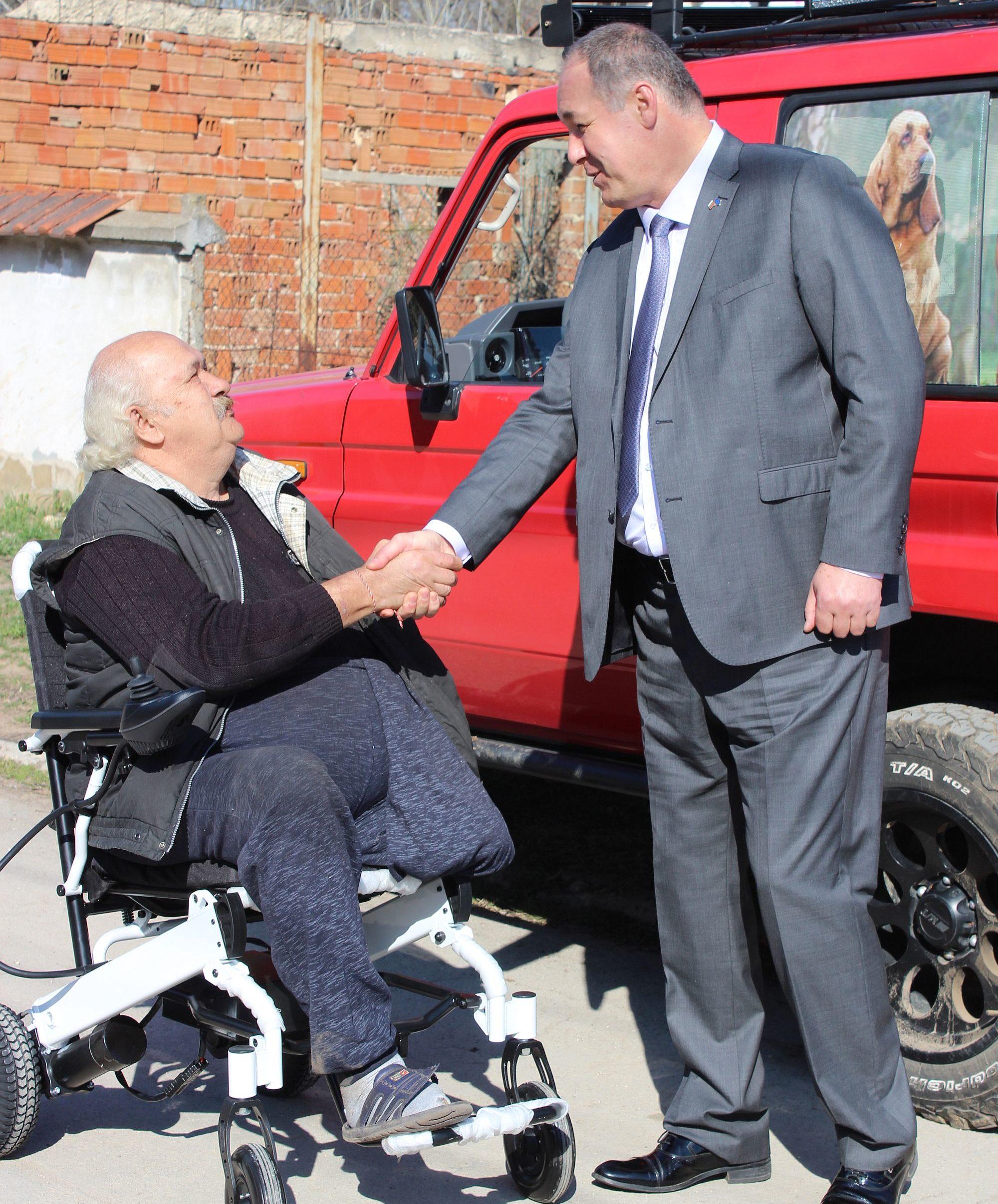 Областният управител Гюнай Хюсмен предостави инвалид� ...