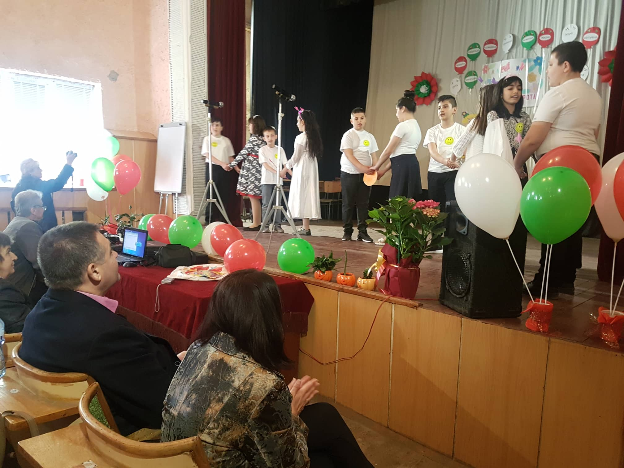 Д-р Валентин Василев и заместникът му Галина Георгиева ...