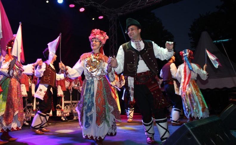 С грандиозен фолклорен концерт Капанският ансамбъл се ...