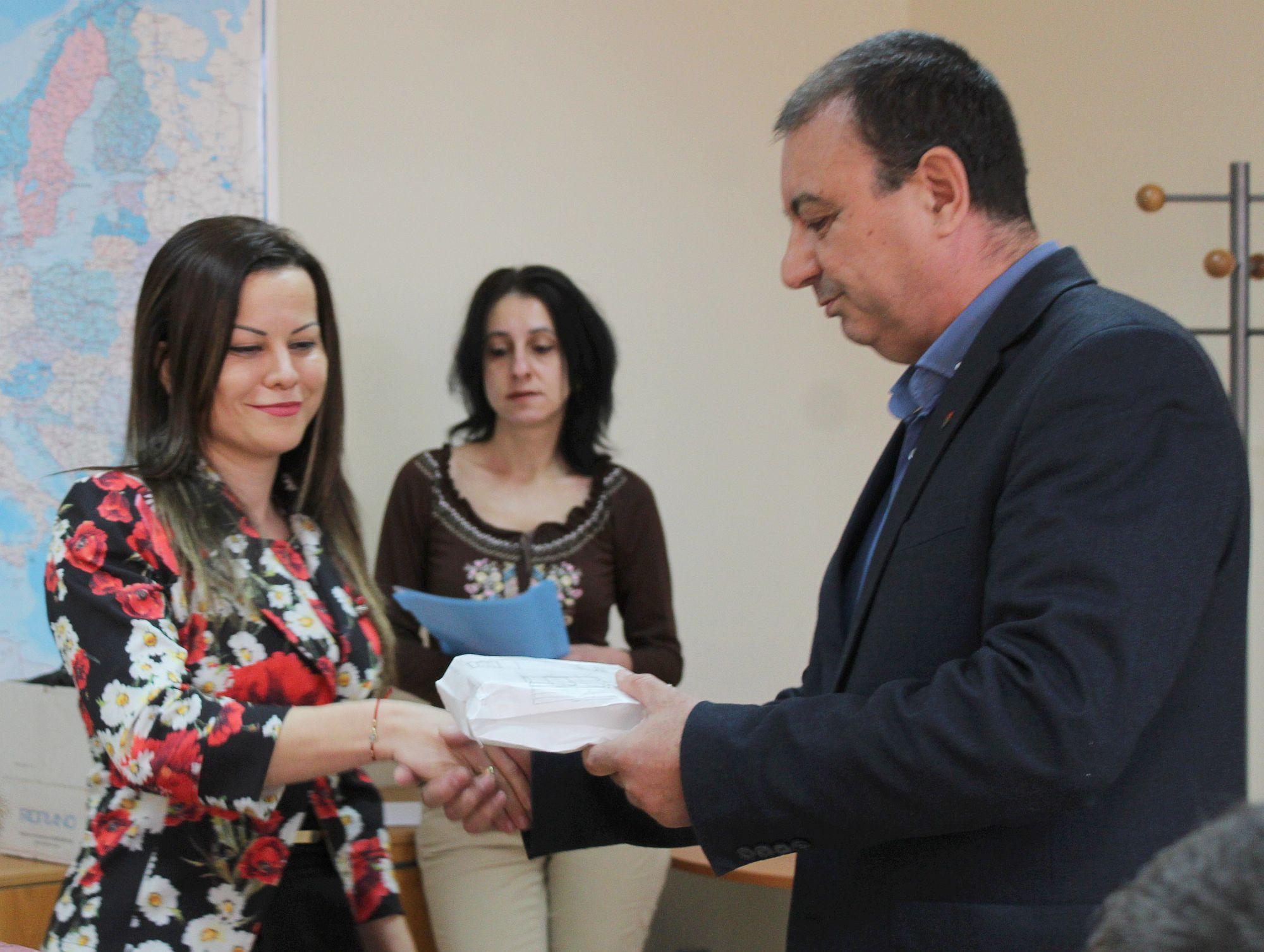 Заместник областният управител Евгени Драганов връчи  ...